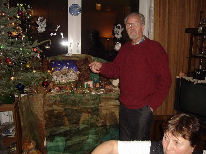 Johan bij de kerststal jan 2006