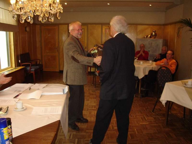 John huldigd Pierre met zijn 25 jarig jubileum in Jan 2006